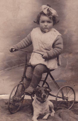 Annie Biguais sur son tricycle (avant 1930)